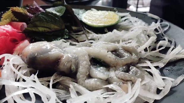 Đầu bếp Nhật múa dao phanh thây con bạch tuộc sống chỉ trong chớp mắt, dân mạng xem clip qua điện thoại cũng thấy sợ hãi - Ảnh 3.