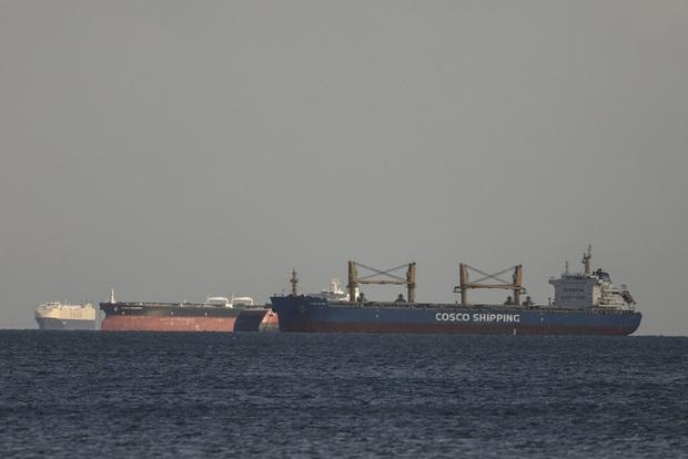 Thế giới trước nguy cơ thiếu… giấy vệ sinh vì tắc nghẽn kênh đào Suez - Ảnh 1.