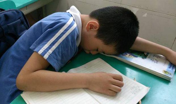Thấy trò lên lớp ngủ gật, cô giáo vội chụp hình gửi vào group phụ huynh để phê bình, nghe câu đáp trả của người bố mà ai cũng cứng họng - Ảnh 1.