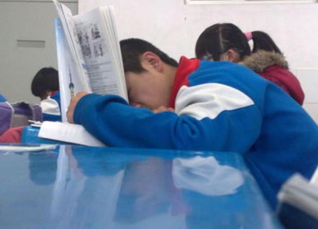 Thấy trò lên lớp ngủ gật, cô giáo vội chụp hình gửi vào group phụ huynh để phê bình, nghe câu đáp trả của người bố mà ai cũng cứng họng - Ảnh 2.