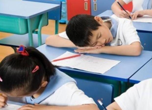 Thấy trò lên lớp ngủ gật, cô giáo vội chụp hình gửi vào group phụ huynh để phê bình, nghe câu đáp trả của người bố mà ai cũng cứng họng - Ảnh 3.