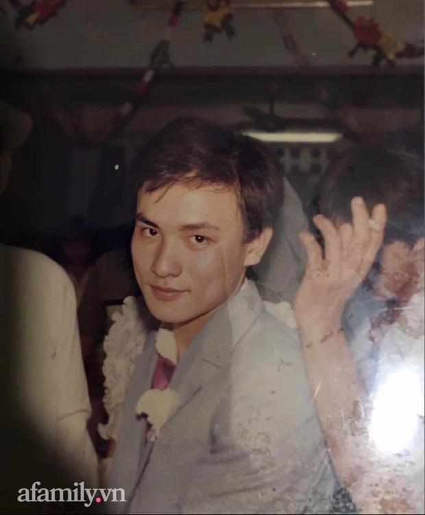 Bức ảnh cưới cách đây 33 năm của người đàn ông đẹp trai như tài tử: Đi bơi gặp được gái đẹp, dùng một bản đàn hạ gục rồi thành công đưa nàng về dinh! - Ảnh 2.