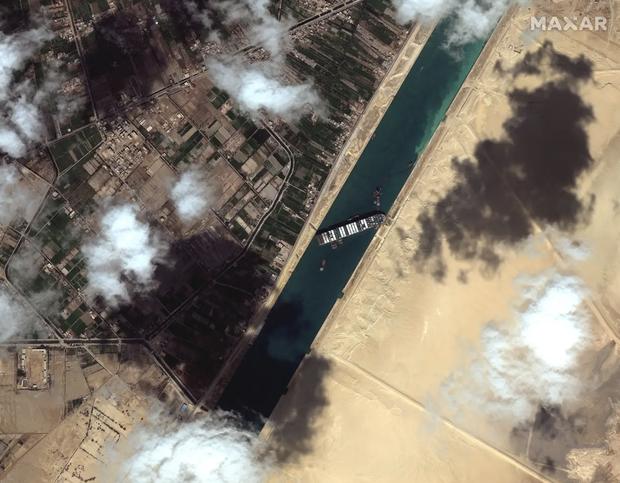 Ảnh vệ tinh cho thấy hàng trăm con tàu trôi nổi chờ đợi trên kênh đào Suez - Ảnh 7.