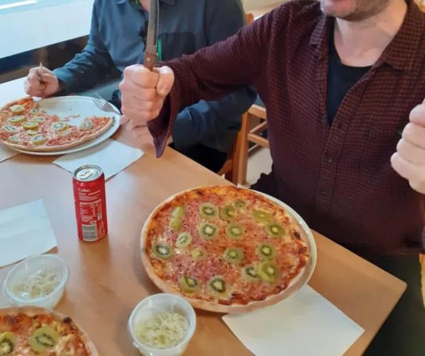 Trổ tài làm món pizza kiwi nhưng người đàn ông lại nhận được rất nhiều lời phản đối, thậm chí còn bị dọa giết - Ảnh 2.