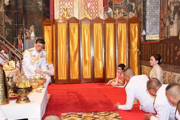 2 Hoàng hậu Thái Lan liên tiếp cùng nhau xuất hiện, chỉ qua một bức ảnh là thấy rõ địa vị hiện tại trong hậu cung đang nghiêng về bên nào - Ảnh 5.