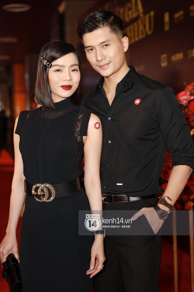 2 couple chị em hot nhất Vbiz phát cẩu lương trá hình trên thảm đỏ: Cái ôm eo của Lâm Bảo Châu dành cho Lệ Quyên chiếm spotlight - Ảnh 3.