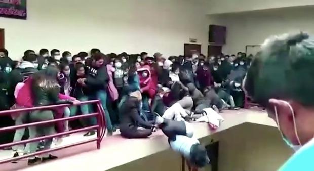 Đứng chen chỗ, 7 sinh viên ngã từ tầng 4 xuống tử vong do lan can bất ngờ bị đổ, khung cảnh hiện trường khiến ai cũng thót tim - Ảnh 3.