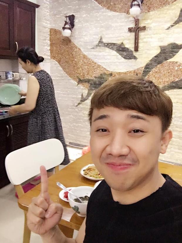 Trấn Thành kể Hari Won ăn xong để mẹ ruột rửa chén, khẳng định: Đẻ con gái nhưng chỉ lời được đứa con rể - Ảnh 5.