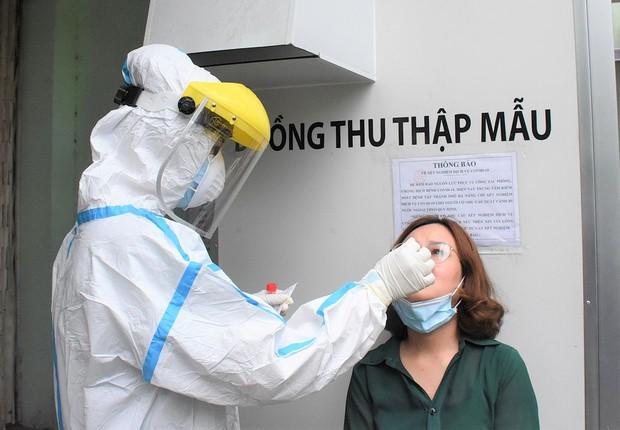 Đà Nẵng đã lấy mẫu xét nghiệm Covid-19 cho gần 7000 nhân viên y tế - Ảnh 1.