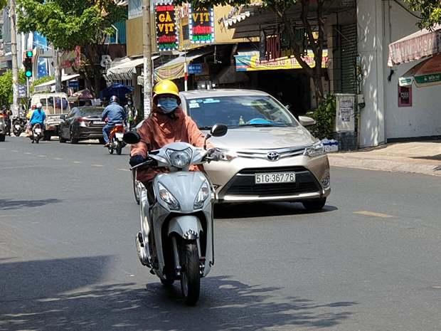 Người Sài Gòn đối diện với nắng nóng gay gắt kéo dài 4 ngày - Ảnh 1.