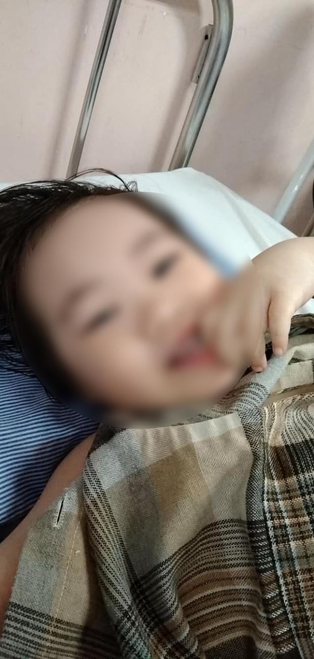 Bé gái 3 tuổi rơi từ tầng 12 chung cư đã có thể cười đùa, ca hát: Điều kỳ diệu đã đến, con đã tiến triển rất tốt - Ảnh 2.