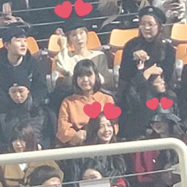 Bức ảnh hot nhất hôm nay: Camera mờ nhòe nhưng Jisoo - Sunmi vẫn đọ sắc cực gắt, Taeyeon trắng phát sáng chiếm luôn spotlight - Ảnh 2.