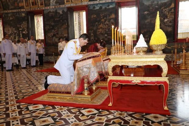 2 Hoàng hậu Thái Lan cùng nhau xuất hiện, chỉ qua một bức ảnh là thấy rõ địa vị hiện tại trong hậu cung đang nghiêng về bên nào - Ảnh 4.