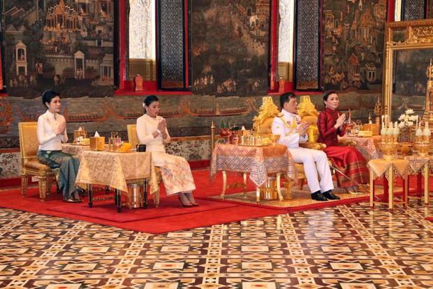 2 Hoàng hậu Thái Lan liên tiếp cùng nhau xuất hiện, chỉ qua một bức ảnh là thấy rõ địa vị hiện tại trong hậu cung đang nghiêng về bên nào - Ảnh 3.