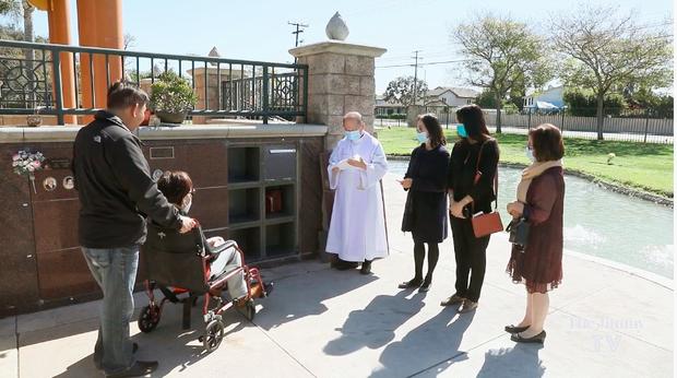 Cố danh ca Lệ Thu đã được an vị tại nghĩa trang ở Mỹ, khung cảnh người thân tiễn biệt gây xót xa - Ảnh 2.