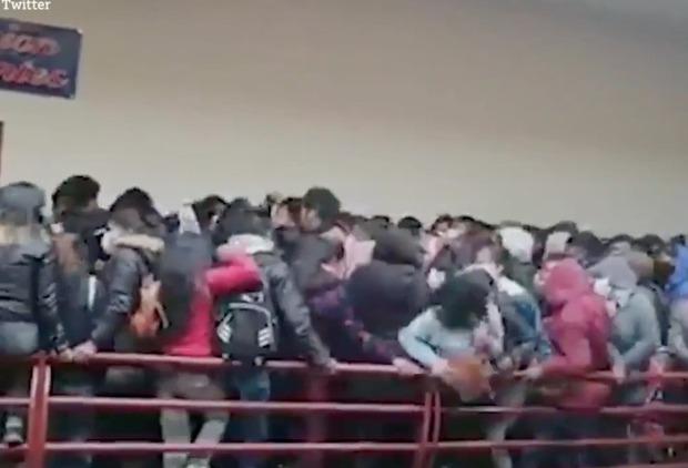 Đứng chen chỗ, 7 sinh viên ngã từ tầng 4 xuống tử vong do lan can bất ngờ bị đổ, khung cảnh hiện trường khiến ai cũng thót tim - Ảnh 1.