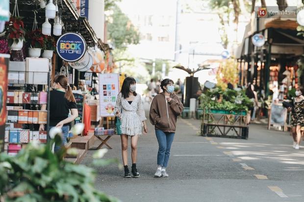 Cuộc sống bình thường mới ở Sài Gòn sau dịch Covid-19: Người dân thảnh thơi ngồi cafe, đi mua sắm - Ảnh 4.