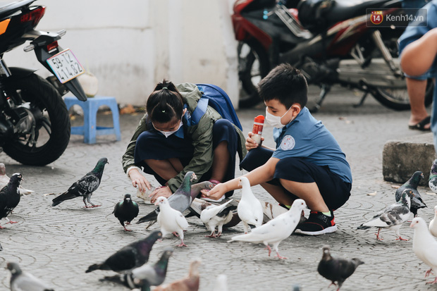 Cuộc sống bình thường mới ở Sài Gòn sau dịch Covid-19: Người dân thảnh thơi ngồi cafe, đi mua sắm - Ảnh 3.