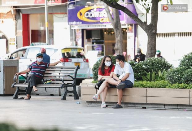 Cuộc sống bình thường mới ở Sài Gòn sau dịch Covid-19: Người dân thảnh thơi ngồi cafe, đi mua sắm - Ảnh 9.