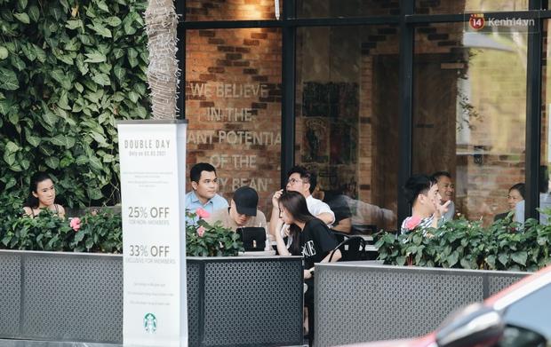 Cuộc sống bình thường mới ở Sài Gòn sau dịch Covid-19: Người dân thảnh thơi ngồi cafe, đi mua sắm - Ảnh 8.