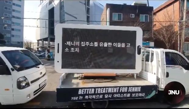 Đến lượt fan Jennie (BLACKPINK) thuê xe tải uy hiếp YG đòi quyền lợi, yêu cầu bảo vệ nữ idol sau khi bị xâm phạm đời tư - Ảnh 2.