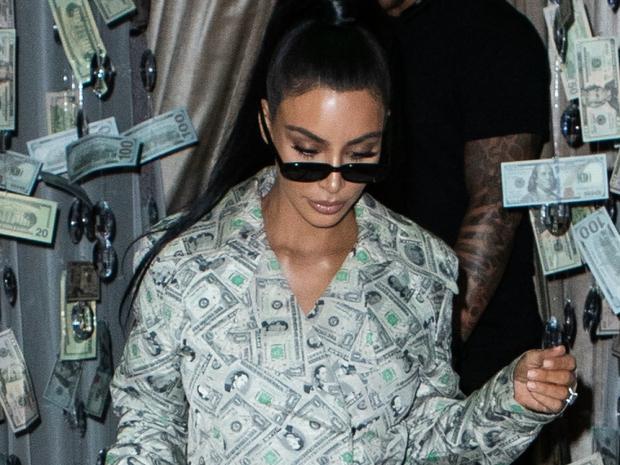 Sao nào sở hữu thẻ đen quyền lực nhất thế giới? Vợ chồng Kim siêu vòng 3 cân cả showbiz, tên tuổi ít nổi mà tài sản nghìn tỷ - Ảnh 4.