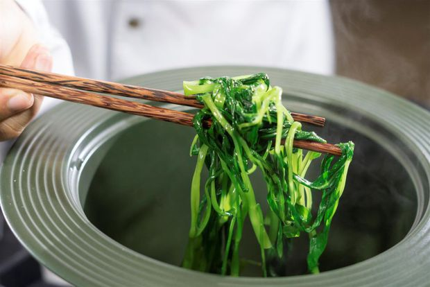 5 loại thực phẩm cần phải chần qua nước sôi trước khi nấu chín để loại bỏ chất độc tồn dư, hầu hết gia đình Việt làm sai mà không biết - Ảnh 1.