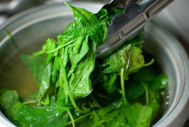 5 loại thực phẩm cần phải chần qua nước sôi trước khi nấu chín để loại bỏ chất độc tồn dư, hầu hết gia đình Việt làm sai mà không biết - Ảnh 2.