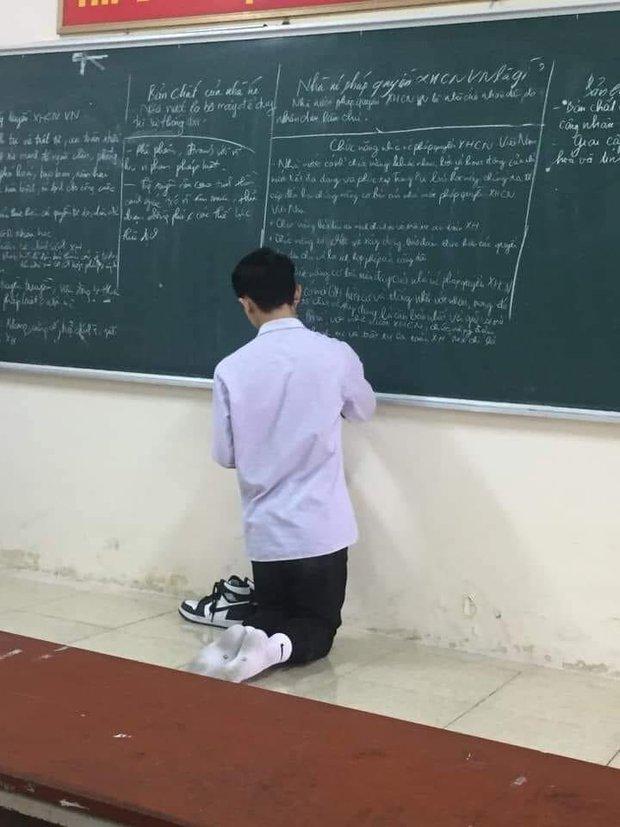Nam sinh lên bảng làm bài phải cởi hẳn giày ra để một bên vì sợ gấp mũi, bóc giá mà choáng vì độ giàu có - Ảnh 1.