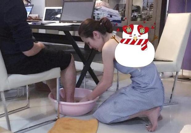 Hoa hậu Phương Lê được tặng 6 tỷ vì giảm 6kg: Chơi hàng hiệu khét tiếng, quỳ gối rửa chân cho chồng - Ảnh 4.