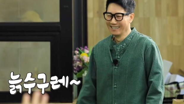 """Lại thêm khoảnh khắc xúc động tại Running Man: """"Bố già"""" Ji Suk Jin được các thành viên mừng thọ long trọng - Ảnh 1."""