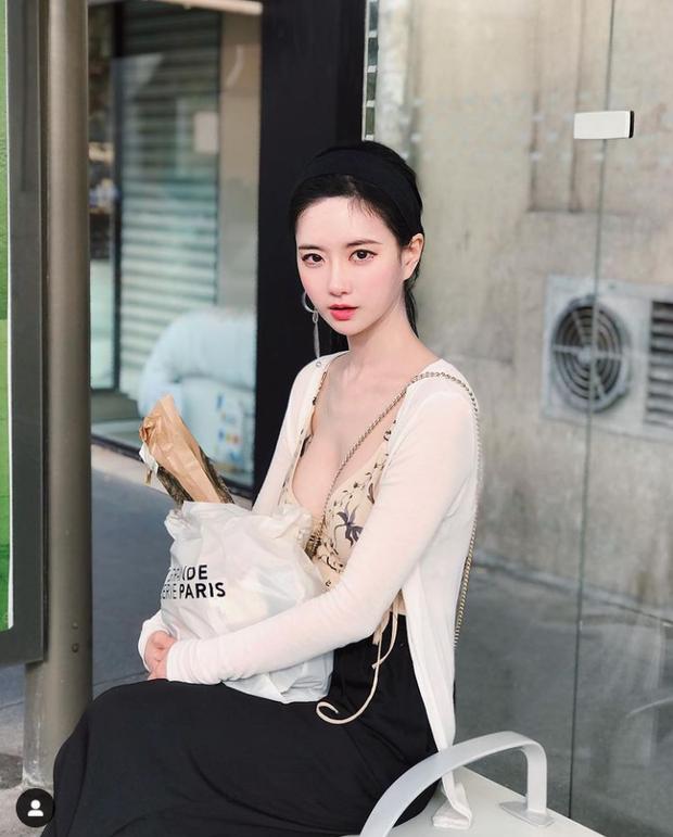 Nữ streamer U40 có vòng 1 đẹp nhất Hàn Quốc khiến đàn em ghen tị vì quá nóng bỏng, fan lên stream chỉ chờ xem bờ ngực thôi là đủ hot! - Ảnh 1.