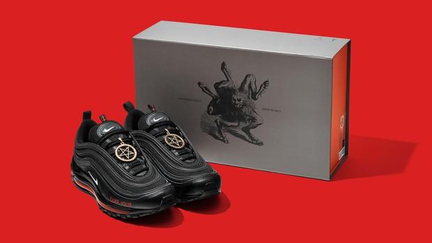 Gây tranh cãi vì chứa... máu người nhưng mẫu giày này vẫn được sold out ầm ầm! - Ảnh 3.