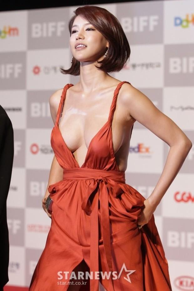 Màn hở bạo nhức mắt nhất Kbiz: Vòng 1 ác nữ Penthouse Kim So Yeon như nhảy ra ngoài, sao nữ vô danh cố tình vồ ếch khoe thân - Ảnh 6.