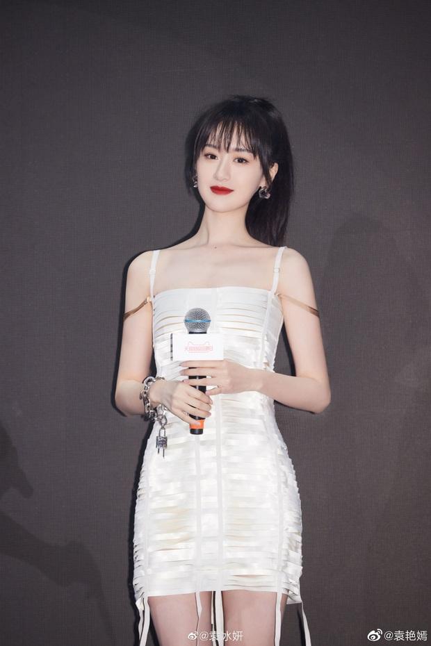 Hết dính nghi án copy Triệu Lệ Dĩnh, Viên Băng Nghiên lại đụng đầm Givenchy với mỹ nhân aespa - Ảnh 1.