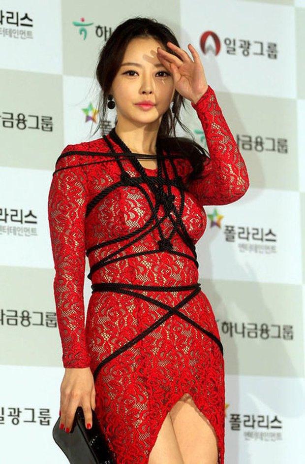 Màn hở bạo nhức mắt nhất Kbiz: Vòng 1 ác nữ Penthouse Kim So Yeon như nhảy ra ngoài, sao nữ vô danh cố tình vồ ếch khoe thân - Ảnh 23.