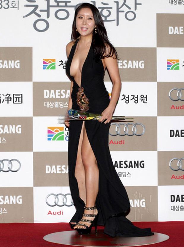 Màn hở bạo nhức mắt nhất Kbiz: Vòng 1 ác nữ Penthouse Kim So Yeon như nhảy ra ngoài, sao nữ vô danh cố tình vồ ếch khoe thân - Ảnh 13.
