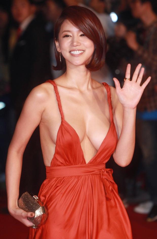 Màn hở bạo nhức mắt nhất Kbiz: Vòng 1 ác nữ Penthouse Kim So Yeon như nhảy ra ngoài, sao nữ vô danh cố tình vồ ếch khoe thân - Ảnh 5.