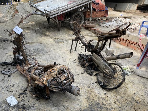 Ảnh: Cận cảnh căn nhà cháy đen khiến 6 người trong gia đình tử vong, xe máy bị thiêu rụi trơ khung - Ảnh 7.