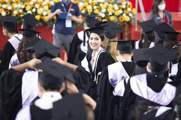 Á hậu Phương Anh vỡ oà khoe bằng thủ khoa tốt nghiệp tại Đại học RMIT, Đỗ Thị Hà và cả dàn sao Vbiz trầm trồ - Ảnh 6.