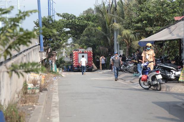 Ảnh: Cận cảnh căn nhà cháy đen khiến 6 người trong gia đình tử vong, xe máy bị thiêu rụi trơ khung - Ảnh 4.
