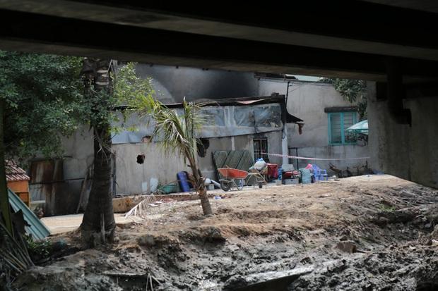 Ảnh: Cận cảnh căn nhà cháy đen khiến 6 người trong gia đình tử vong, xe máy bị thiêu rụi trơ khung - Ảnh 3.