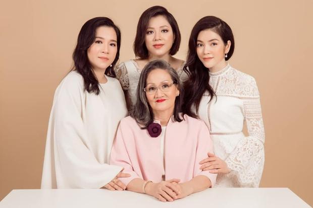 Khoe 3 thế hệ gia đình toàn mỹ nhân, Lý Nhã Kỳ tranh thủ treo thông báo tuyển rể út luôn cho mẹ - Ảnh 2.