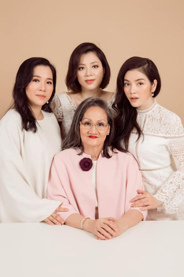 Khoe 3 thế hệ gia đình toàn mỹ nhân, Lý Nhã Kỳ tranh thủ treo thông báo tuyển rể út luôn cho mẹ - Ảnh 3.