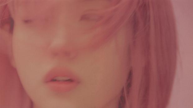 IU gây náo loạn mạng xã hội nhờ tạo hình với tóc hồng cực chất, netizen liên tưởng đến người bạn quá cố Sulli - Ảnh 5.