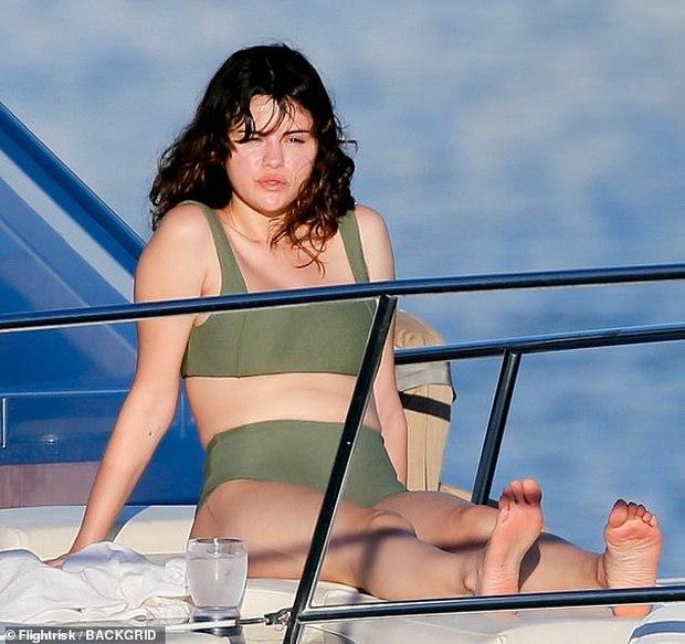 Ảnh hậu trường tiết lộ body thật của Selena Gomez hậu giảm cân: Sexy nuột nà, chiếm trọn spotlight là đôi chân dài miên man - Ảnh 6.