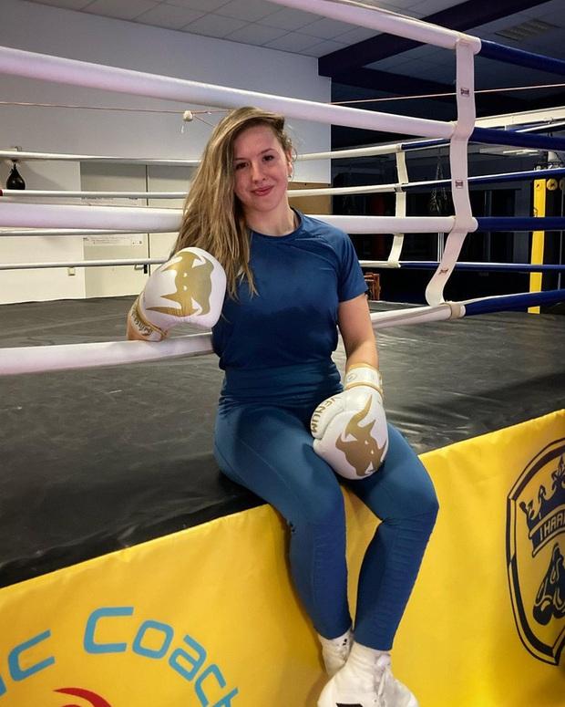 Gương mặt của nữ võ sĩ xinh đẹp biến dạng hoàn toàn, sưng vù đến mức không thể nhận ra sau cú húc đầu từ phía đối thủ - Ảnh 3.