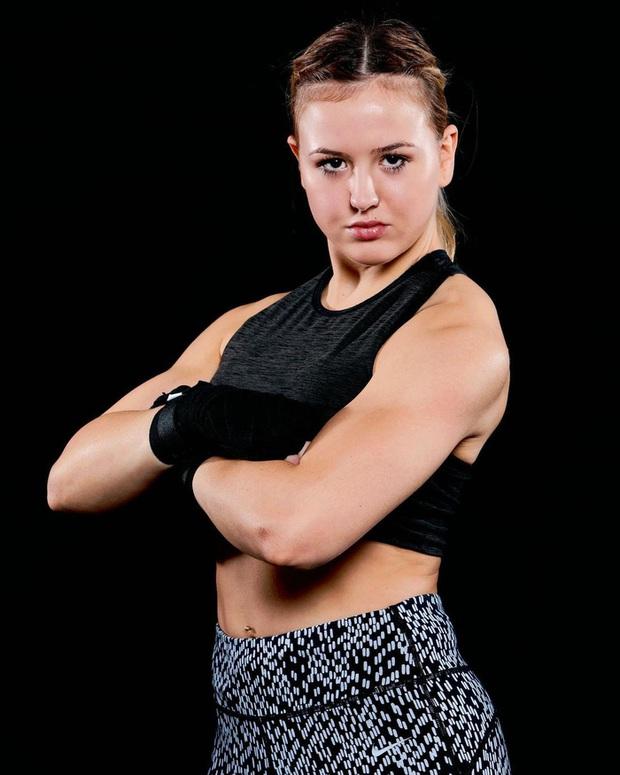 Gương mặt của nữ võ sĩ xinh đẹp biến dạng hoàn toàn, sưng vù đến mức không thể nhận ra sau cú húc đầu từ phía đối thủ - Ảnh 4.