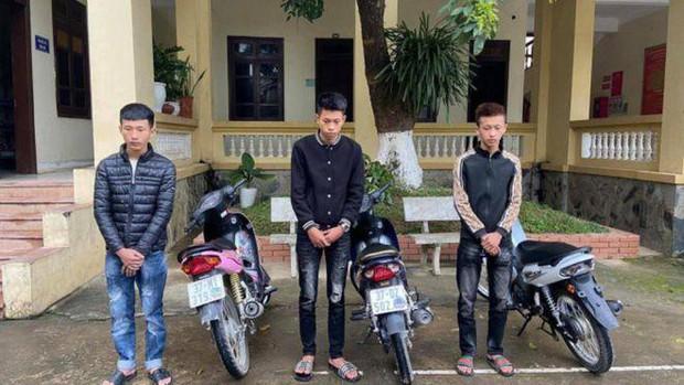 Bốc đầu xe khoe chiến tích trên TikTok, 3 thanh niên bị phạt hơn 30 triệu đồng - Ảnh 1.