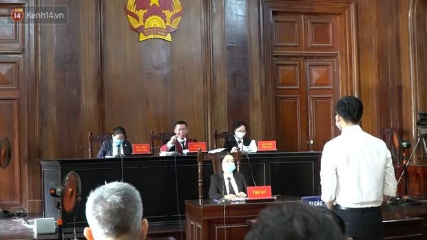 Clip: Hình ảnh đầu tiên ở phiên toà xét xử cựu tiếp viên hàng không Vietnam Airlines làm lây lan dịch bệnh COVID-19 - Ảnh 4.